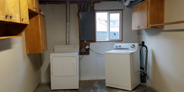 3002 Oakcrest Loop laundry room